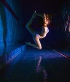 Ragazza in bikini che posa underwater Fotografia Stock