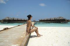Ragazza in bikini nella località di soggiorno delle Maldive Immagini Stock