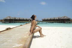 Ragazza in bikini nella località di soggiorno delle Maldive Fotografia Stock