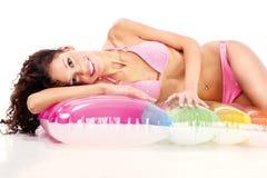 Ragazza in bikini sul materasso di aria fotografie stock