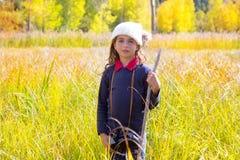 Ragazza binocuar del bambino dell'esploratore in natura gialla di autunno Fotografia Stock