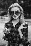 Ragazza bionda ad una fontana in bianco e nero Fotografia Stock Libera da Diritti