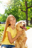 Ragazza bionda adolescente con il otside del cane del documentalista Fotografie Stock