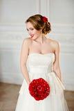 Ragazza bionda affascinante con il bello sorriso in un vestito bianco dal pizzo Fotografie Stock