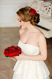Ragazza bionda affascinante con il bello sorriso in un vestito bianco dal pizzo Fotografia Stock Libera da Diritti