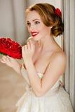 Ragazza bionda affascinante con il bello sorriso in un vestito bianco dal pizzo Immagine Stock