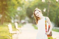 Ragazza bionda alla moda che cammina in un parco della città Fotografia Stock Libera da Diritti