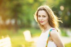 Ragazza bionda alla moda che cammina in un parco della città Fotografia Stock