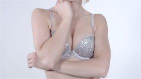 Ragazza bionda allegra con il reggiseno d'uso del diamante della frangia sopra fondo bianco stock footage