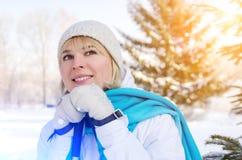 Ragazza bionda attraente con un sorriso con i pali di sci in mani fotografia stock