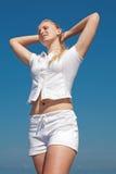 Ragazza bionda attraente nel bianco all'aperto Fotografia Stock