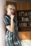 Ragazza bionda in biblioteca Fotografie Stock