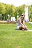 Ragazza bionda caucasica positiva dell'adolescente che posa su Longboard Fotografia Stock