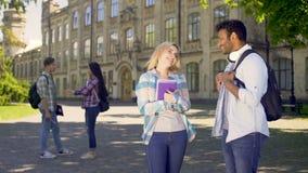 Ragazza bionda che coquetting con lo studente senior dal suo istituto universitario, facente impressione archivi video