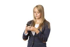 Ragazza bionda che guarda cellulare Fotografia Stock