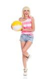Ragazza bionda che posa con un beach ball Fotografia Stock Libera da Diritti