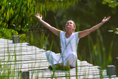 Ragazza bionda che ravviva, ambiente di zen 20s dell'acqua Fotografia Stock Libera da Diritti