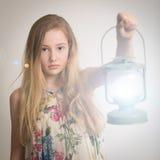 Ragazza bionda che tiene una lanterna Fotografie Stock Libere da Diritti
