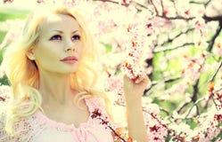 Ragazza bionda con Cherry Blossom. Primavera Fotografia Stock