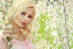 Ragazza bionda con Cherry Blossom. Ritratto della primavera Fotografie Stock