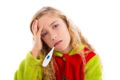 Ragazza bionda con freddo di influenza e del termometro in pigiama Fotografia Stock