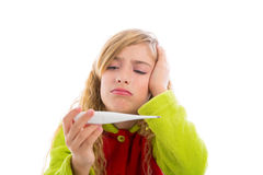 Ragazza bionda con freddo di influenza e del termometro in pigiama Fotografia Stock Libera da Diritti