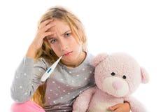 Ragazza bionda con freddo di influenza e del termometro in pigiama Immagini Stock Libere da Diritti