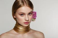 Ragazza bionda con gli occhi azzurri, pelle perfetta dell'adolescente adorabile immagine stock