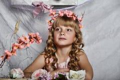 Ragazza bionda con i fiori bianchi in suoi capelli Fotografie Stock Libere da Diritti