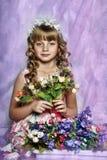 Ragazza bionda con i fiori bianchi in suoi capelli Fotografia Stock