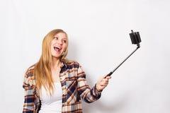 Ragazza bionda con il bastone del selfie Fotografie Stock
