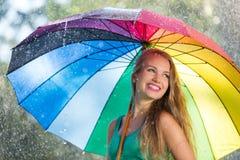 Ragazza bionda con l'ombrello variopinto fotografia stock