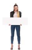 Ragazza bionda con la targhetta su fondo bianco Fotografie Stock Libere da Diritti