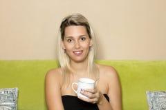 Ragazza bionda con tè Immagini Stock Libere da Diritti