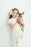 Ragazza bionda del bambino con il piccolo cane di animale domestico fotografie stock
