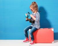 Ragazza bionda del bambino con lo studio d'annata rosa della valigia il globo Concetto di avventura e di viaggio Immagine Stock Libera da Diritti