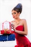 Ragazza bionda del modello di moda con i giocattoli in suoi capelli e vestito rosso Immagine Stock