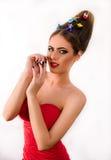 Ragazza bionda del modello di moda con i giocattoli in suoi capelli e vestito rosso Fotografia Stock Libera da Diritti