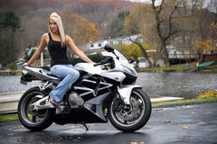 Ragazza bionda del motociclista Fotografia Stock