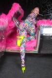 Ragazza bionda del partito del club nel catsuit acido dell'elastam di stile di anime con l'automobile dello specchio con la pelli fotografia stock
