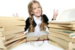 Ragazza bionda del piccolo allievo che sorride con i libri Fotografie Stock Libere da Diritti