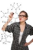 Ragazza bionda dell'allievo che dissipa una formula chimica Fotografia Stock Libera da Diritti