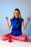 Ragazza bionda di yoga sveglia Immagine Stock