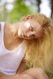 Ragazza bionda nella sosta di estate Fotografie Stock