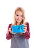Ragazza bionda piacevole con il contenitore di regalo blu Fotografia Stock
