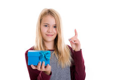 Ragazza bionda piacevole con il contenitore di regalo blu Fotografie Stock Libere da Diritti