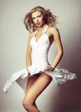 Ragazza bionda sexy su priorità bassa grigia fotografie stock