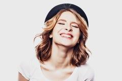 Ragazza bionda sorridente dei giovani su fondo bianco Immagine Stock Libera da Diritti