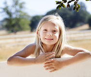 Ragazza bionda sul recinto dell'azienda agricola Fotografie Stock