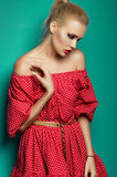 Ragazza bionda in vestito rosso fotografia stock libera da diritti